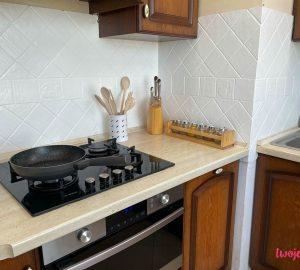 Malowanie płytek nie jest trudne. Zobacz jak to zrobić krok po kroku i jak prosto możesz odmienić płytki w kuchni czy w łazience.